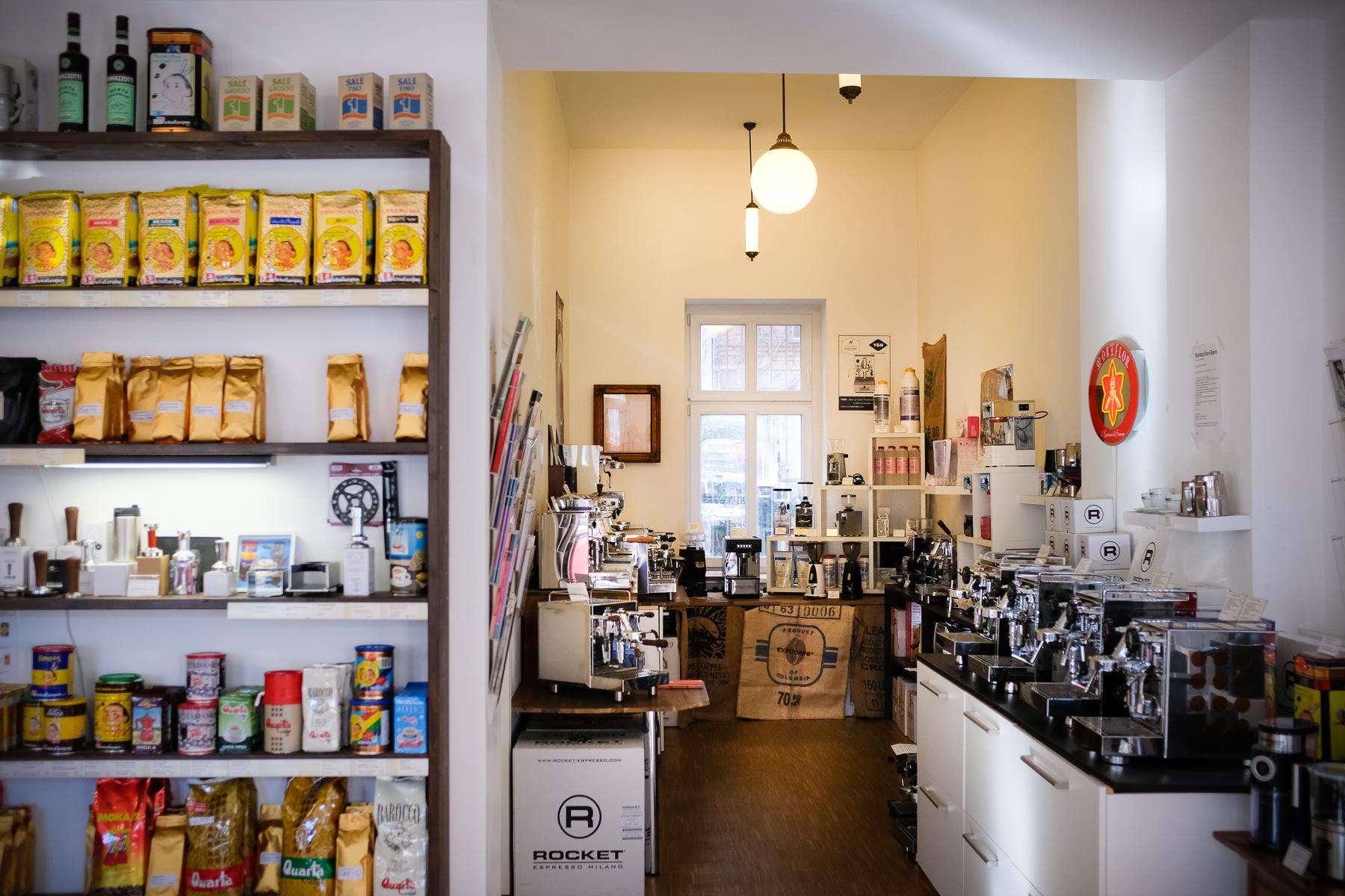 Innenansicht Espresso Fachgeschäft in der Greifswalder Straße 210, Berlin.